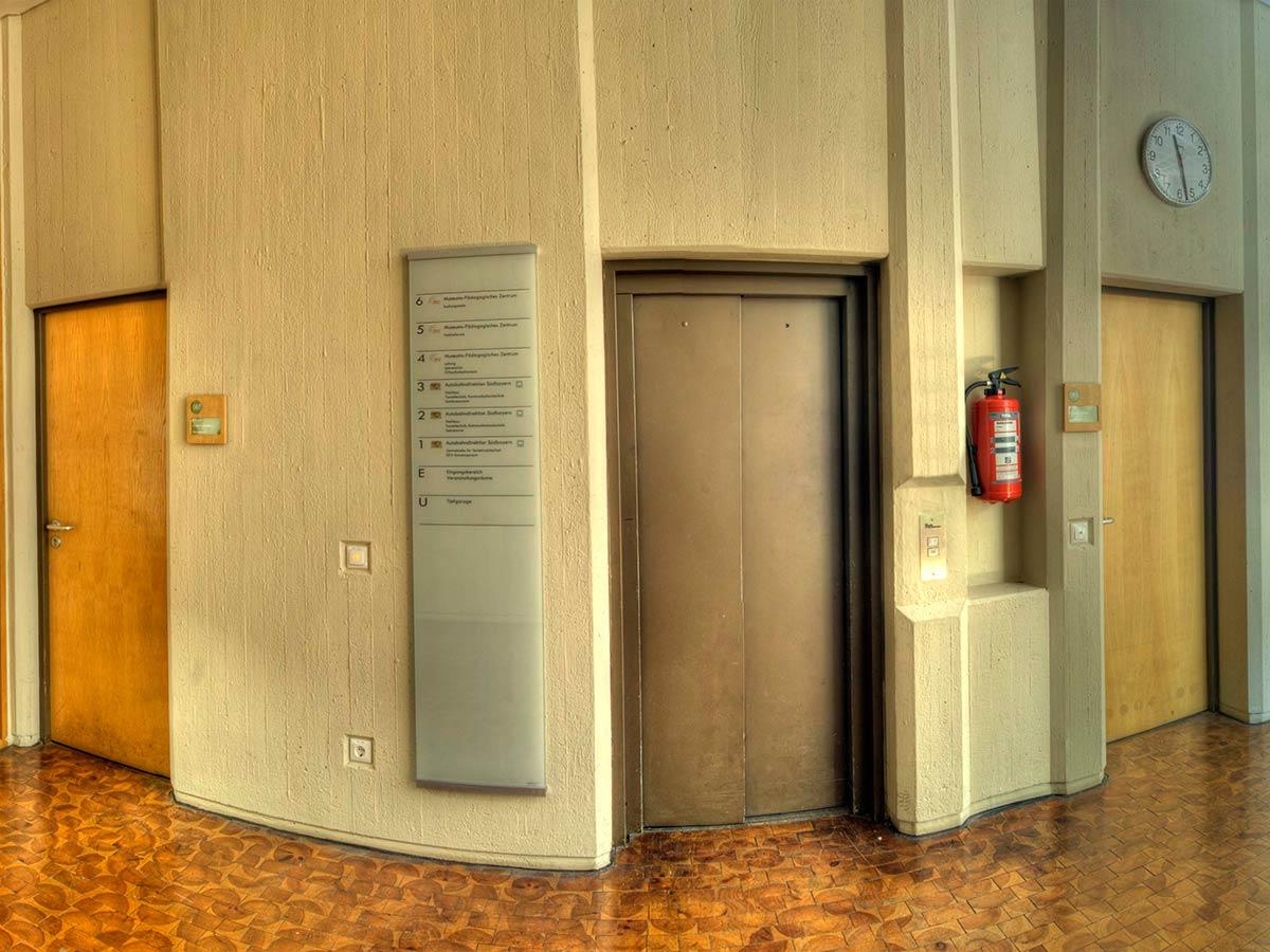 Direkt am Aufzug ist eine Etagenübersicht angebracht