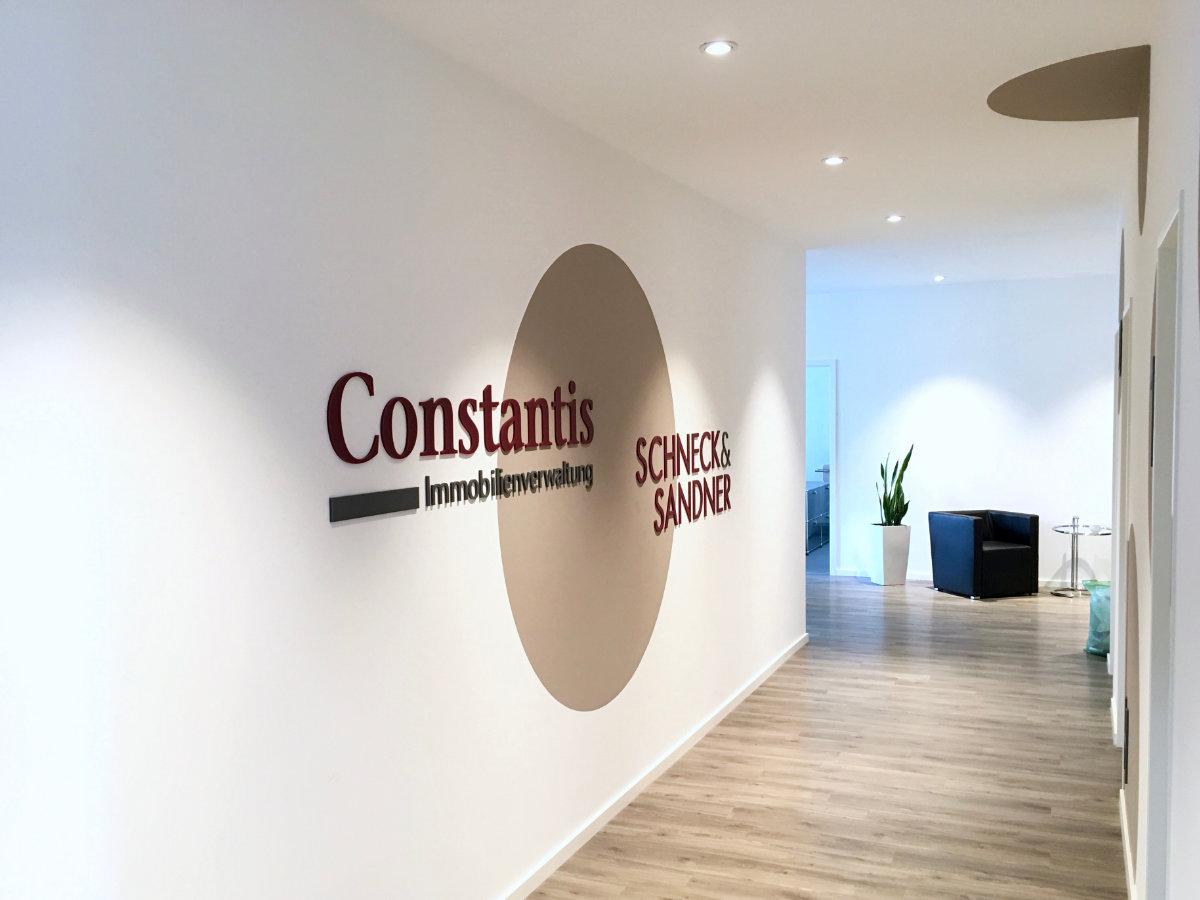 Constantis, Schneck & Sander mit Acrylbuchstaben realisiert