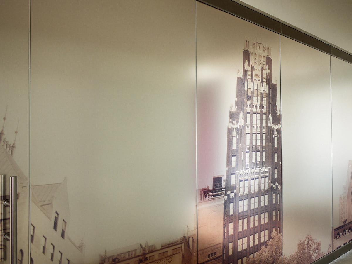 Detail Glastrennwand mit Sichtschutz bedruckt