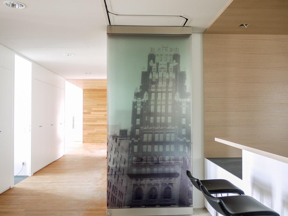 Glastrennwand mit Sichtschutz offen zusammengeklappt