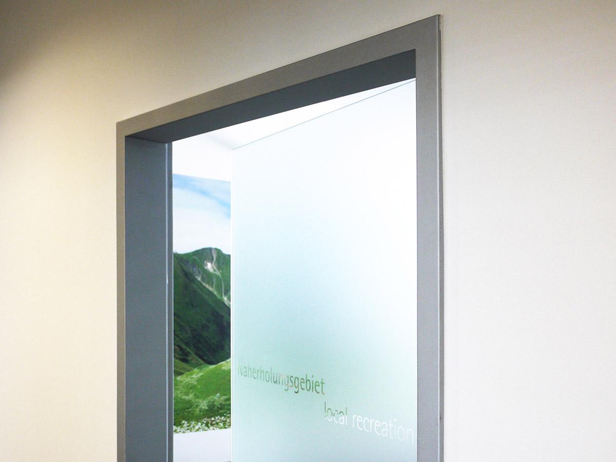 Glastür kaschiert Schriftzug negativ ausgeschnitten